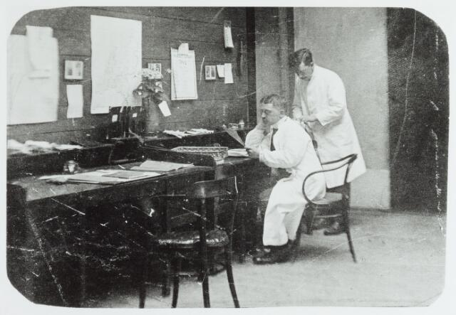 065167 - GGD, Gemeentelijke Gezondheidsdienst. Op de foto genomen in de Boterhal 2 personen, mogelijk doktoren, waarvan de namen niet bekend zijn