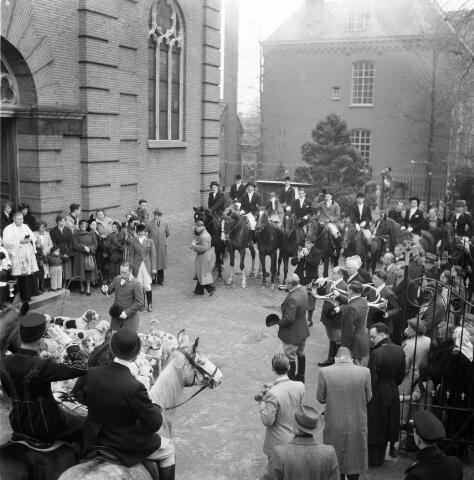 050263 - Hubertus slipjacht. Tilburgse rij- en jachtvereniging Hippos. Op het plein voor de Lambertuskerk werden de jachthonden (de meute) gezegend door kapelaan Cornelis Simons.