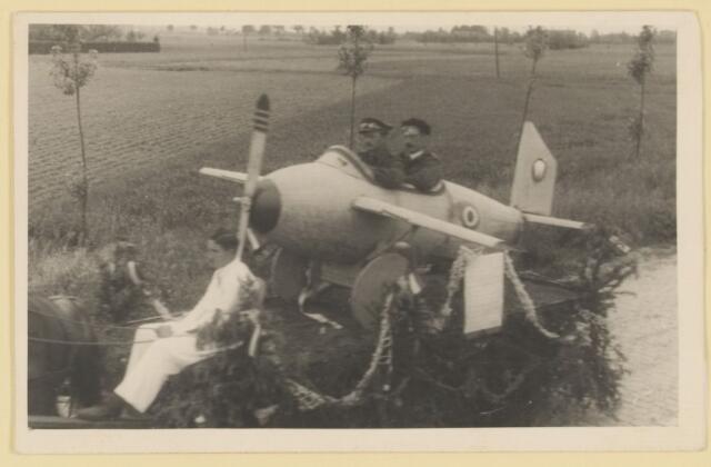 080862 - WOII; WO2; Bevrijding Udenhout 1945. De optocht. Vliegtuig.