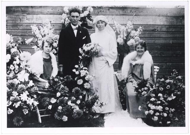 005436 - Trouwfoto van Elisabeth C.M.J. KNEGTEL (Tilburg 1896 - Arnhem 1976) en Bernardus H.C. de PONT. Links Catharina J.M. Knegtel (geb. 1897) en rechts Marie H.H. Knegtel (Tilburg 1898 - Den Haag 1960). De bruid en haar beide bruidsmeisjes waren dochters van Petrus J. Knegtel en Henriëtte M.L. Latour.