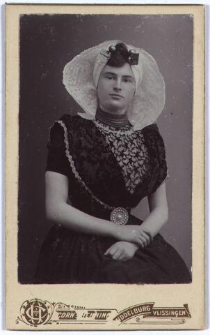 004134 - Jeanne Constance Berthe Sophie Marie (Jeanne/Zus) van DOOREN in Zeeuwse klederdracht. Zij werd geboren 30-09-1891 te Tilburg, en overleed aldaar op 17-06-1977. Enige dochter van wollenstoffenfabrikant François van Dooren (1860-1950) en Sophie Koppel (1867-1945). Zij bleef ongehuwd.
