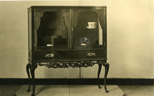 071531 - Theekastje uit de meubelmakerij van Nortbert van Hoof aan de Veestraat in Tillburg.