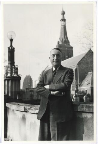 006213 - Mr. Eduard Hendrik Joan Baron van Voorst tot Voorst werd geboren te Huissen (Gld.) op 7 mei 1892. Afgestudeerd aan de Amsterdamse Universiteit in 1918. hij werd in 1920 burgemeester van Ubbergen en in 1923 lid van de Provinciale Staten van Gelderland. Van 1935 tot 1946 was mr. Van Voorst tot Voorst lid van Gedeputeerde Staten van Gelderland. Hij werd benoemd tot burgemeester van Tilburg bij K.B. van 27 april 1946 met ingang van 1 mei 1946 als opvolger van mr. J. van de Mortel.Onder zijn bestuur kwam een groot deel van de naoorlogse opbouw en vernieuwing van de stad tot stand. Zo werd het bebouwde oppervlak van Tilburg verdubbeld en kwamen er 6400 nieuwbouwwoningen bij. Twee moderne bejaardentehuizen werden gesticht: Vredeburcht en St. Jozefzorg. Het ringbanenstelsel werd in 1956 voltooid en in dat jaar begon  men met de aanleg van de wijk 't Zand. De overwegplannen lagen klaar en hij beleefde nog de omlegging van het zogenaamde Bels Lijntje. Ook de plannen voor de nieuwe schouwburg zijn on-  der zijn bestuur gevormd. Naast burgemeester was mr. E. Baron van Voorst tot Voorst een belangrijke figuur in het kapittel van de Souvereine en Militaire Orde van Malta (Balije Nederland) waar hij, aanvankelijk coadjutor, sinds 18 september 1953 president-baljuw was.  In 1949 werd hij benoemd tot Ridder in de Orde van de Nederlandse Leeuw. Daarnaast was hij drager van het Grootkruis van Verdiensten van de Souvereine en Militaire Orde van Malta, en Commandeur in de Orde van de H. Gregorius de Grote, hij werd onderscheiden met de Watersnoodmedaille.  Hij trouwde met Jonkvrouwe Theresia Maria Josephina Smits van Oyen en na haar overlijden met Rosa Lucia Joanna Maria de Quay (geboren te 's- Hertogenbosch op 6 mei 1906 en overleden te Tilburg op 5 juli 1971).  Mr. Baron E. van Voorst tot Voorst is met ingang van 1 juni 1957 ontslagen als burgemeester van Tilburg en werd opgevolgd door mr. C.J.G. Becht. Van Voorst tot Voorst overleed te Tilburg op 28 januari 1972