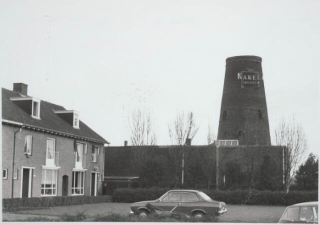 030443 - Ringbaan-Zuid. Op de achtergrond de molen aan de Broekhovenseweg.