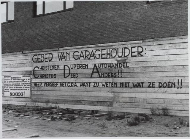 026160 - Aanval van garagehouder Oppermans tegen zijn aartsvijand CDA, die hij ervan verdacht een deal te hebben gesloten met benzinemaatschappij BP, zodat hij in een nieuw te bouwen garage geen bezine meer zou mogen verkopen