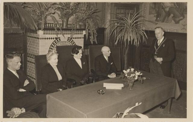 085282 - Dongen. 40 jarig ambtsjubileum gemeentesecretaris Jan Vlaminkx. Links van hem zit mevrouw Vlaminkx, daarnaast mevr.Sweens en Toon Vlaminkx. Toespraak door burgemeester Sweens.