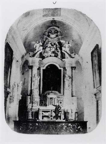 046324 - Priesterkoor in de voormalige kerk St. Jan Onthoofding. Voor het altaar in barokstijl de koster Jan Baptist van de Pol (1833-1877)  die ook kaarsenmaker was. Het sluitstuk van het altaar was een schilderij van de Antwerpse school met de voorstelling van de onthoofding van St. Jan, aan de kerk geschonken in de 18e eeuw door de Goirlese smid Jan van Aelst. Dit schilderij hangt nu in een zijbeuk van de huidige kerk. Aan weerszijden van het altaar de beelden van St. Catharina en St. Barbara. In het priesterkoor hangen ook de beelden van Petrus en Paulus, geschonken door de kwezel Elisabeth Smits, eveneens in de 18e eeuw. Het priesterkoor wordt afgesloten met een fraaie communiebank.