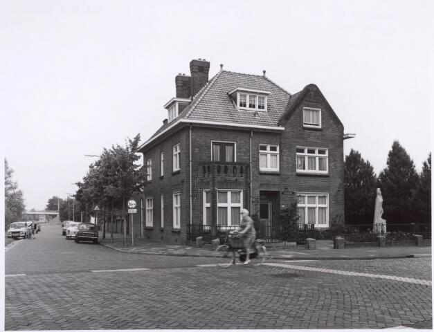 022467 - Pand op de hoek Hoevense Kanaaldijk en Hoevenseweg (voorgrond)