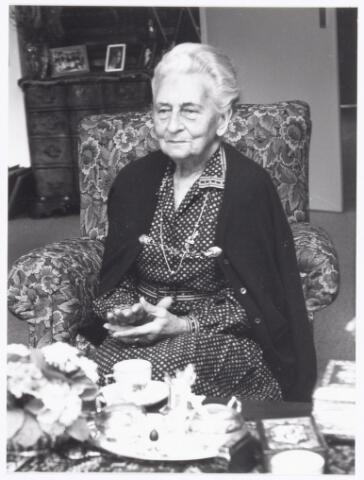 039299 - Volt. Noord. Directie, Management.  Mevr. Verbunt - Van Lier, schoondochter van de heer Verbunt, oprichter van Volt. De foto is gemaakt naar aanleiding van het interview over de geschiedenis van Volt in het voorjaar van 1984.  In 1984 vierde Volt zijn 75-jarig jubileum.