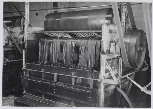 037555 - Textiel. Pleskom in de natappretuur van Brouwers Lakenfabrieken aan de Korte Schijfstraat. Door toevoeging van onder andere ammoniak werd de smout, die in de spinnerij was aangebracht om het spinproces te vergemakkelijken, omgezet in zeep