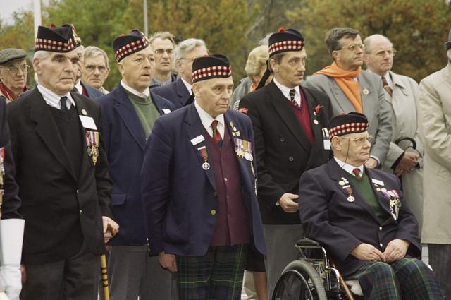 """TLB023000789_002 - Schotse veteranen en belangstellenden tijdens een herdenking bij het monument """"Onze Lieve Vrouw van Altijddurende Bijstand"""" op de hoek Ringbaan-Zuid/Groenstraat."""