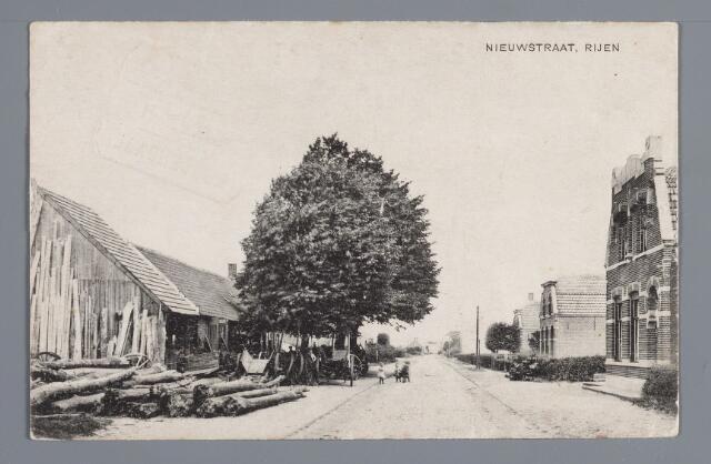 057841 - Rijen. Aan het eind van de Hoofdstraat omstreeks 1916. Links de wagenmakerij van C. van der Horst. Iets verder stond de onlangs afgebroken molen. Rechts op de voorgrond de woning van C. Schaffelaars, metselaar, daarnaast het huis van C. van Roozendaal, schilder, beide gebouwd in 1910 vervolgens het pand dat de landbouwer P. van Steenhoven liet bouwen. Eerst in de jaren 1937/1938 zouden nieuwe woningen tussen deze panden gebouwd worden.