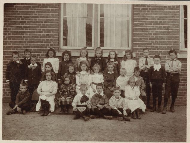 051419 - Basisonderwijs. Klassenfoto openbare lagere school. Leerlingen van de school met als hoofdonderwijzer Nicolaas Willem Hille. Hij was geboren 27 mei 1864 in De Rijp en woonde te Tilburg aan het Haringseind. Hij trouwde aldaar op 21 augustus 1900 met Cornelia Johanna van der Horst. Zij was geboren 13 november 1873 in Leiden. De drie jongens op de eerste rij zijn v.l.n.r. 1. Nicolaas Fr. Hille. Hij was geboren 17 december 1904 in Tilburg,  zoon van het hoofd van de school Nicolaas Willem Hille. 2. J. Popelier. 3 Broer van Dorst.