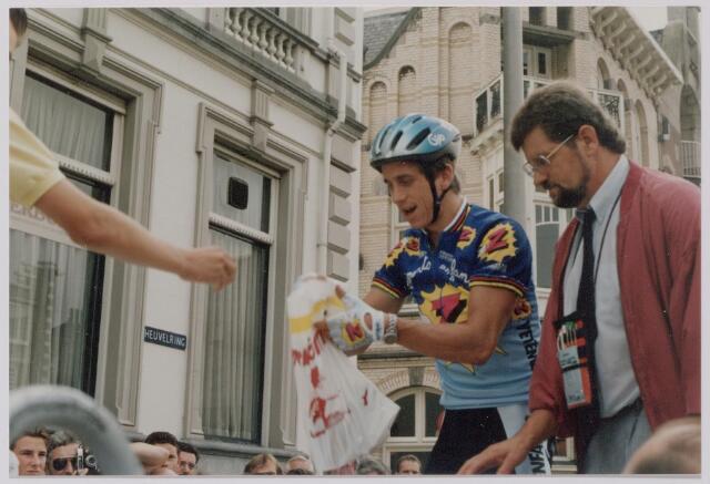 045141 - Sport. Wielrennen. Profronde van Nederland. Greg Lemond met KNWU jurylid Harrie Strick.