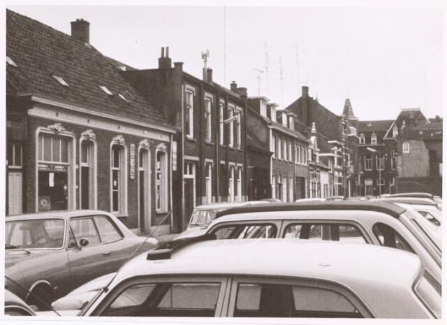014342 - Stadsvernieuwing. Antoniusstraat omstreeks 1974. De panden links nr. 18 en 20 zijn gesloopt rond 1980. Het volgende pand, nr. 22, is gesloopt in februari 1992.
