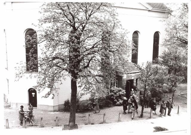 021869 - Kerkgangers verlaten de Nederlands Hervormde kerk aan de Zomerstraat (thans Heuvelstraat)