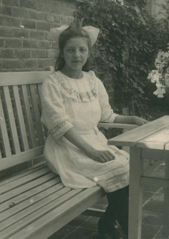 655436 - Onderwijzeressen en zelatrices. Ria Diepen - onderwijzeres - dochter van Wollenstroffenfabriekant Diepen.