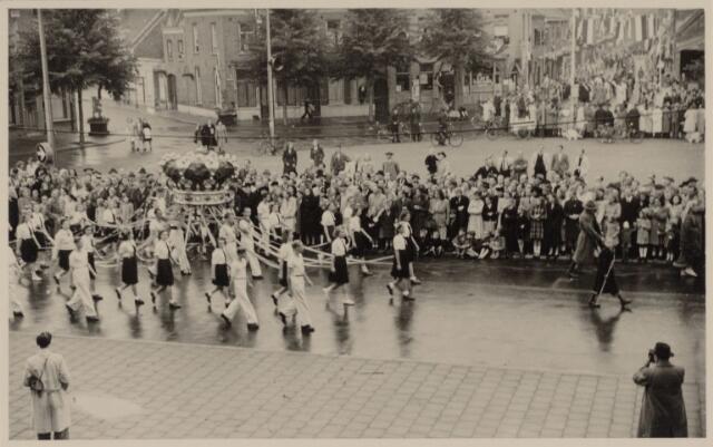 049004 - Festiviteiten te Tilburg b.g.v. het 50-jarig regeringsjubilé van Koningin Wilhelmina op 6 september 1948. Aankomst van koning Willem II bij de 'Vier Winden' aan de Bredaseweg ter hoogte van het oud Belgisch lijntje.  Verslag over deze festiviteiten met optocht staat in het Nieuwsblad van dinsdag 7 september 1948.  'De Kroon' op het Willemsplein.