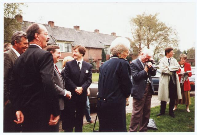 063635 - Op 24 april 1989 kwam de fractie voorzitter van de VVD in de 2e kamer, de heer Joris Voorhoeve, ter gelegenheid van het planten van een Julianaboom nabij het Mariahof, naar Berkel-Enschot: op de voorgrond links is Ad Versmissen, lid van de V.V.D.