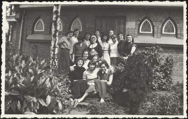 603625 - Leerlingen van de Sint Jozef-Ulo, meisjesschool Oude Dijk. Op de achterkant van de foto is één naam  geschreven: C. Broers