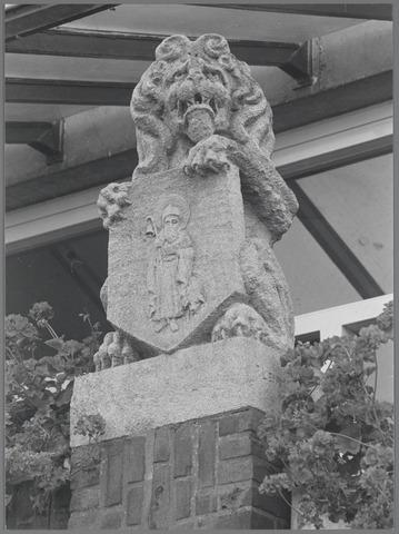 88704 - Raadhuisstraat 2, Terheijden. Gemeentewapen Terheijden.