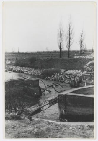 055376 - WOII; WO2; Haghorst, oorlogsschade aan de stuw van waterschap de Dommel.