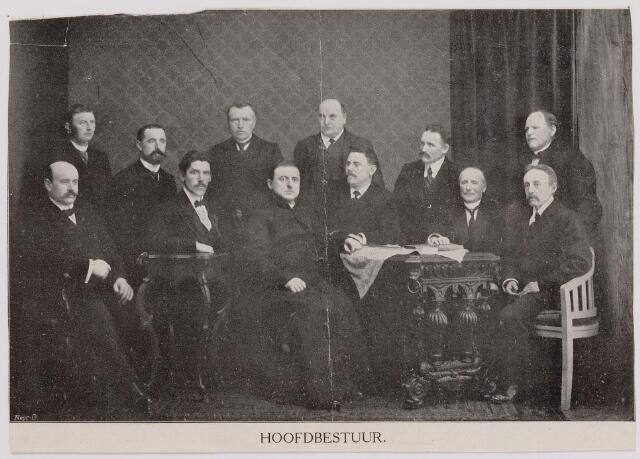 041310 - Het hoofdbestuur van De Hanze Vereniging afd. Tilburg (1912)  In het midden zittend: pastoor Sengers geestelijk adviseur, rechts van hem J.P.C. Roothaert, nn, J.J.J. van Oudenhoven, ALoys Jansen.