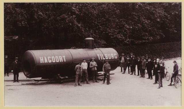068566 - Metaalindustrie. Personeel van stoomketelfabriek Hagoort bij een door hen geproduceerde ketel