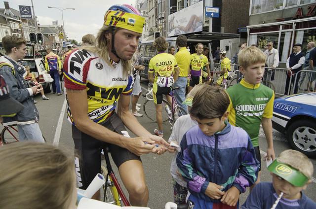 TLB023000302_001 - Gert-Jan Theunisse deelt handtekeningen uit tijdens de profronde