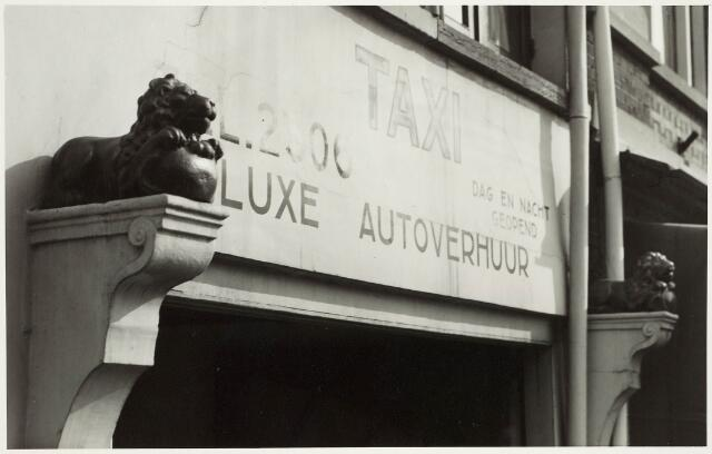 """032875 - De leeuwtjes van de voormalige Herberg """"De gouden Leeuw"""" In 1954 zijn deze leeuwtjes aangebracht aan het pand Stationsstraat 42 eigenaar fa. Marce"""