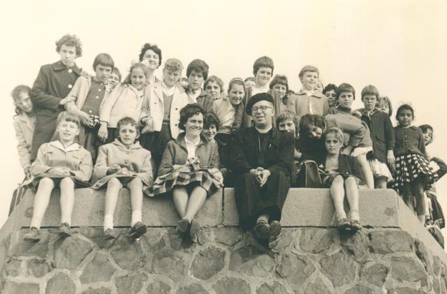 651632 - Meisjesschool Vincentius. Tilburg. Vooraan tweede van rechts kapelaan Ligtvoet.