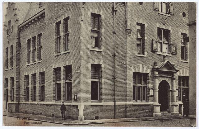 002999 - Het in 1910 gebouwde post- en telegraafkantoor in neo-renaissancestijl werd ontworpen door de rijksbouwmeester van het 2e district, D.E.C. Knuttel en gebouwd op de plaats van het oude postkantoor. Rechts een detail van de gevel met de hoofdingang aan de Telegraafstraat. Links de gevel aan de Willem II-straat met geheel links de woning van de directeur.