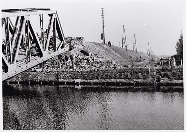 012356 - WO2 ; WOII ; Tweede Wereldoorlog. Vernielingen. Voor hun terugtocht bliezen de Duitsers strategische doelen de lucht in, zoals hier de spoorbrug over het Wilhelminakanaal
