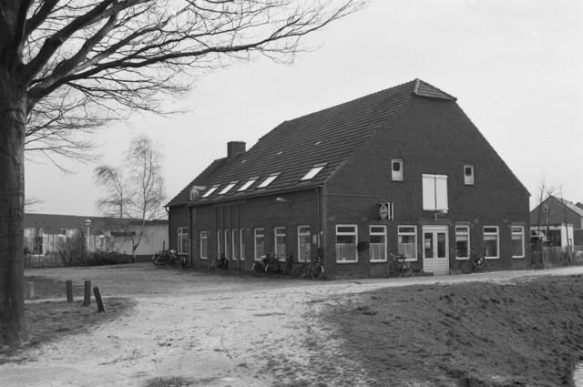 """TLB023000136_001 - Buurthuis De Reeshoeve waar allerlei verenigingen thuis waren en waar in tevens kinderopvang gevestigd was. Foto genomen in kader van Reeshof """"gezond beleid""""."""