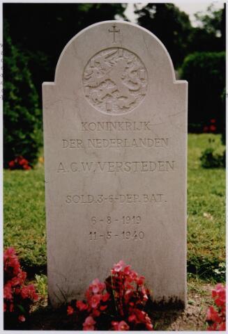 045730 - Tweede Wereldoorlog. Graf op het kerkhof aan de St. Jansstraat van Anton (Toon) Versteden geboren te Goirle op 6 augustus 1919, gesneuveld als Nederlands soldaat te Delft op 11 mei 1940. Versteden lag eerst elders op de begraafplaats, maar is later herbegraven bij de geallieerde soldaten.
