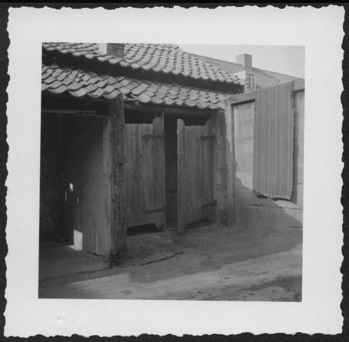 653393 - Verdwenen stadsgezichten, Tilburg. Achterkant van de voor de sloop gereed zijnde huisjes in de Oude Hoeksestraat.  Deze straat heette zo van 1900 tot 1963 waarna de naam veranderde in Pastoor Smitsstraat. Pastoor Smits was de bouwpastoor van de H.H. Antonius en Barabara Parochie, Groeseind.