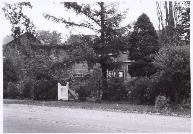 016202 - Voortuin van het pand Bredaseweg 381 eind 1963