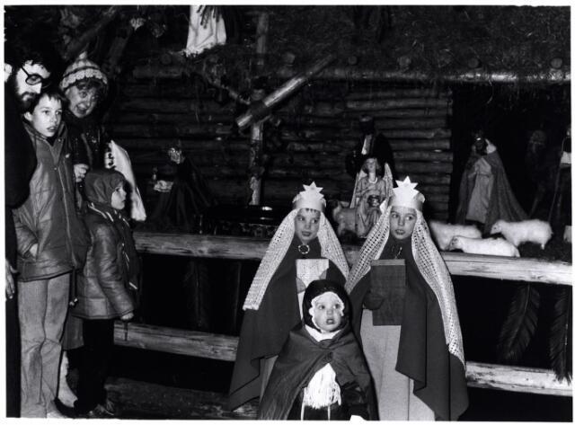 053145 - Driekoningen zingen bij de kerststal in de Goirkesekerk op 6 januari 1985. Drie Koningen zagen een sterre van wondere pracht (hiervan geluidscassette)