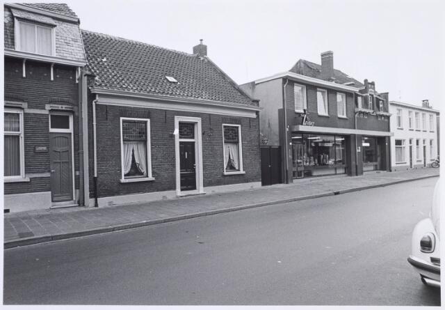 019301 - Panden Goirkestraat 114 (links) en 116 (rechts). Op de gevel van het woonhuis is een kunstwerk (hoorn des overvloeds) aangebracht, vervaardigd door H. van Kempen. De firma Levens verkocht meubelen en keukenapparatuur voor de horeca