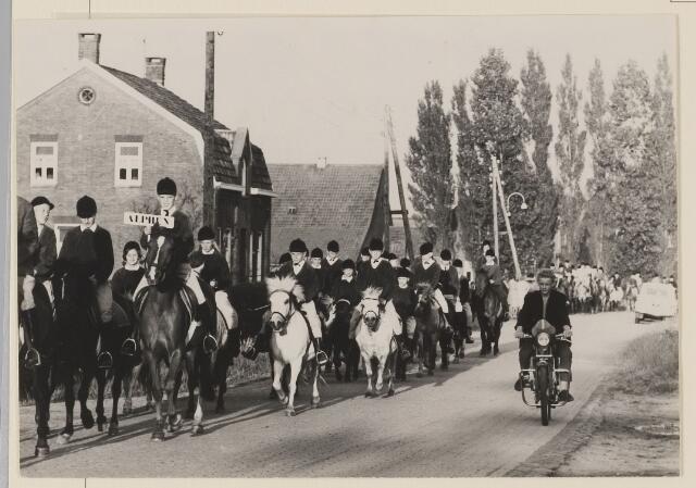 083656 - Paardensport. Pony-optocht Riel; links de groep uit Alphen