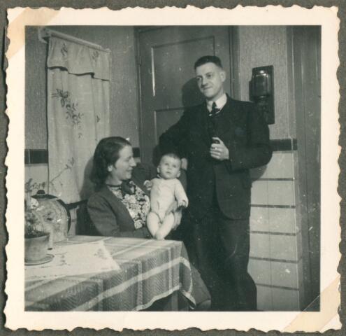 650076 - Verhoeven. Gezin. Jet Verhoeven-Lafèbre (1912-2001) met Sjef Verhoeven (enkele maanden oud, geb. 24.07.1944), en Bert Verhoeven (1913-1986).