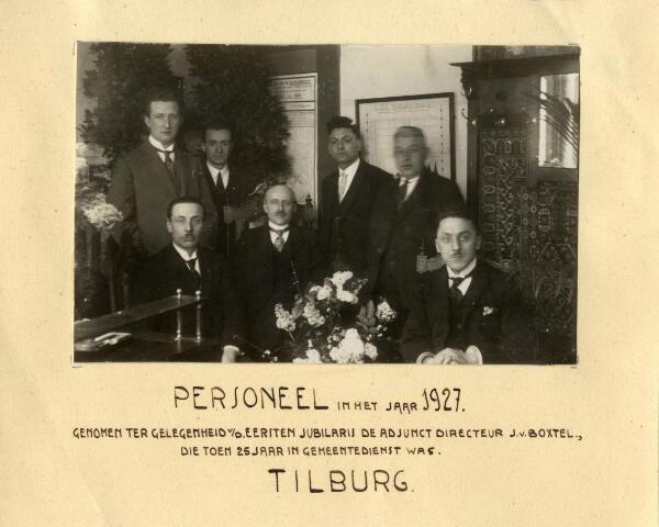 602086 - Personeel van de gemeentelijke Arbeidsbeurs. Foto genomen ter gelegenheid van het zilveren jubileum van adjunct-directeur J. van Boxtel, die in 1927 25 jaar in gemeentedienst was.