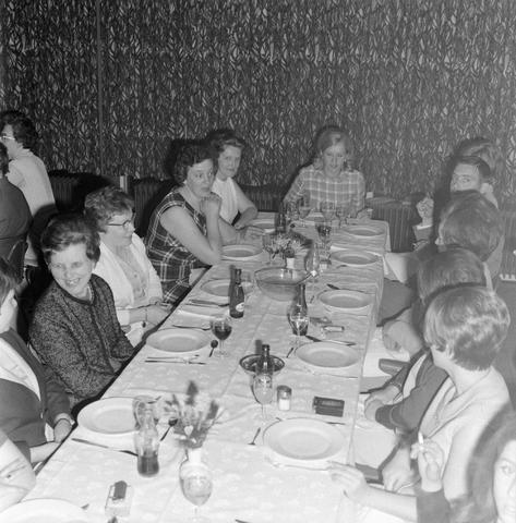 1237_004_096-1_003 - Textielindustrie. Ondernemers. Een feestelijk diner tijdens een jubileumviering bij breiwolfabriek 3 Suisses.
