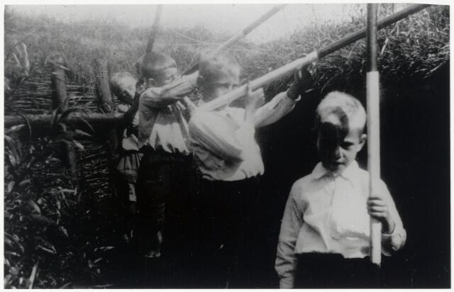 89699 - WOII; WO2; Tweede Wereldoorlog. Na de bevrijding speelt de jeugd van Lage Zwaluwe, Brugdam in de loopgraven.