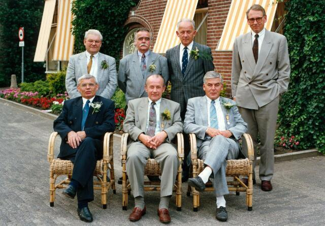 054949 - De collectieve jubileumviering van de firma Van Besouw op 29 juni 1990. Twee werknemers kregen een koninklijke onderscheiding vanwege hun veertigjarig dienstverband: zittend in het midden J.B.P van Boxtel en rechts van hem H.C.M. van Boxtel. Textielindustrie