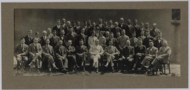 037477 - Textiel. Personeel van (vermoedelijk) L. E. van den Bergh omstreeks 1930