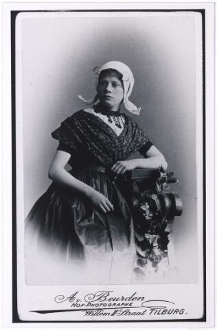 004485 - Elisa Henrietta Maria Josephina van BEURDEN (TIlburg 1876-1943), dochter van fotograaf Adrianus van Beurden en Magdalena Margaretha Niederau. Zij trouwde in 1916 in Tilburg met Josef Petrus Jacobus Hoeben (geb. Tilburg 1882), van beroep zadelmaker. (reproductie; origineel niet in collectie aanwezig)