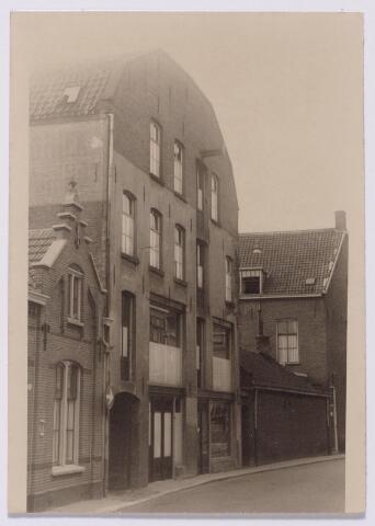 043594 - Het pand Tuinstraat 34 kreeg zijn huidige vorm na verbouwing van fabriek tot magazijn in opdracht van winkelier M. Ribbens in 1913. De volgende verbouwing vond plaats in 1918 door de nieuwe eigenaar de firma Eduard Meelis & Co., commissionair in manufacturen. In 1929 zit in het pand een verkoopbureau van Excelsiorstofzuigers. Een gedeelte, nr. 34a doet dan dienst als magazijn van de Tilburgsche Wijnhandel. In 1932 is het pand eigendom van Henricus A.A. Vorselaars, koopman in machineriën. Vervolgens zit er een drukkerij, rond 1948 het magazijn van textielagentuur Jos Vervoort en vervolgens het kantoor van tricotagefabriek N.V. Gruba en, tot 1977, de schakel en V-snarenfabriek KAVEBE. In dat jaar werd het pand eigendom van P. Vermee. Het pand rechts staat op de hoek Willem II-straat/Tuinstraat.