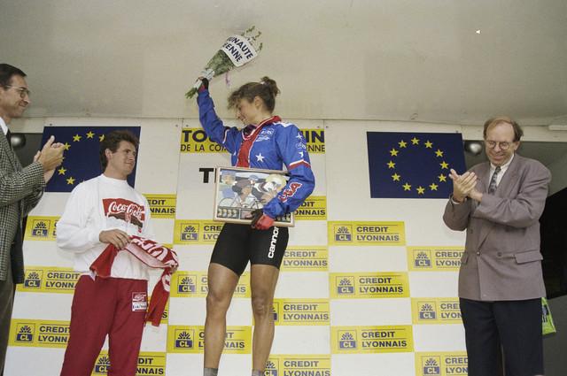 """TLB023000295_002 - De UCI organiseert van 1984 tot en met 1989 de """"Tour de France Feminin"""". Van 1990 tot en met 1993 gaat de wedstrijd verder onder de naam """"Tour de la CEE Feminin"""". Vanaf 1992 vindt tegelijk de """"Tour Cycliste Feminin"""" plaats. Huldiging van de Amerikaanse Laura Charameda met rechts Wethouder Jan Timmermans"""