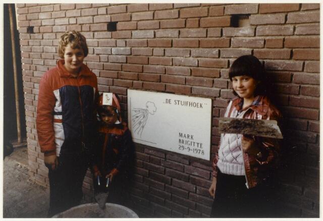 91156 - Made en Drimmelen. Twee leerlingen staan bij de zojuist ingemetselde eerste steen van de Stuifhoekschool.